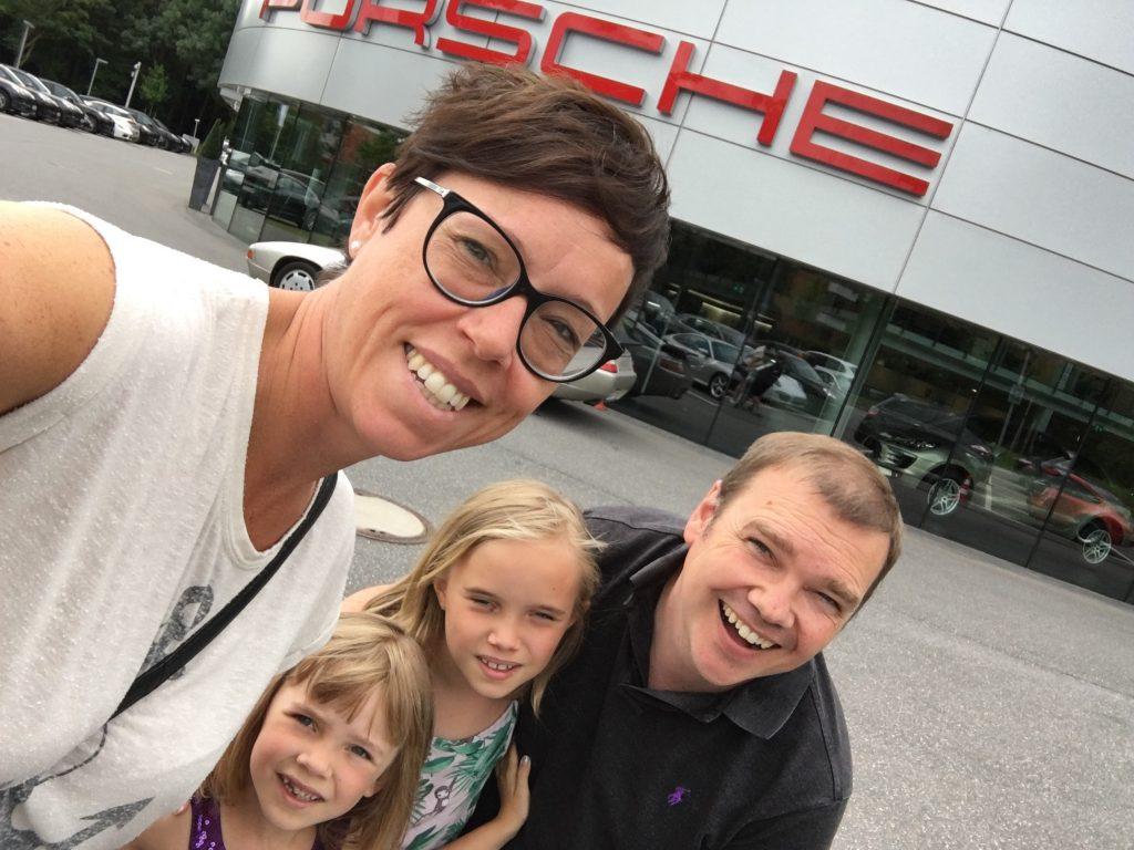 Familjen som kör Porsche 911 som familjebil